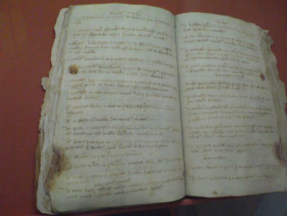 Verfestungsbuch Wismar mit der Erwähnung Störtebeckers (links, zeile 6), Stadtmuseum Wismar