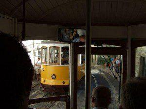 Lissabon / in der 'Eletrico' durch die Gassen der Alfama