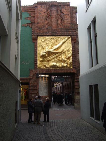 Bremen Böttcherstraße Portal mit 'Lichtbringer'
