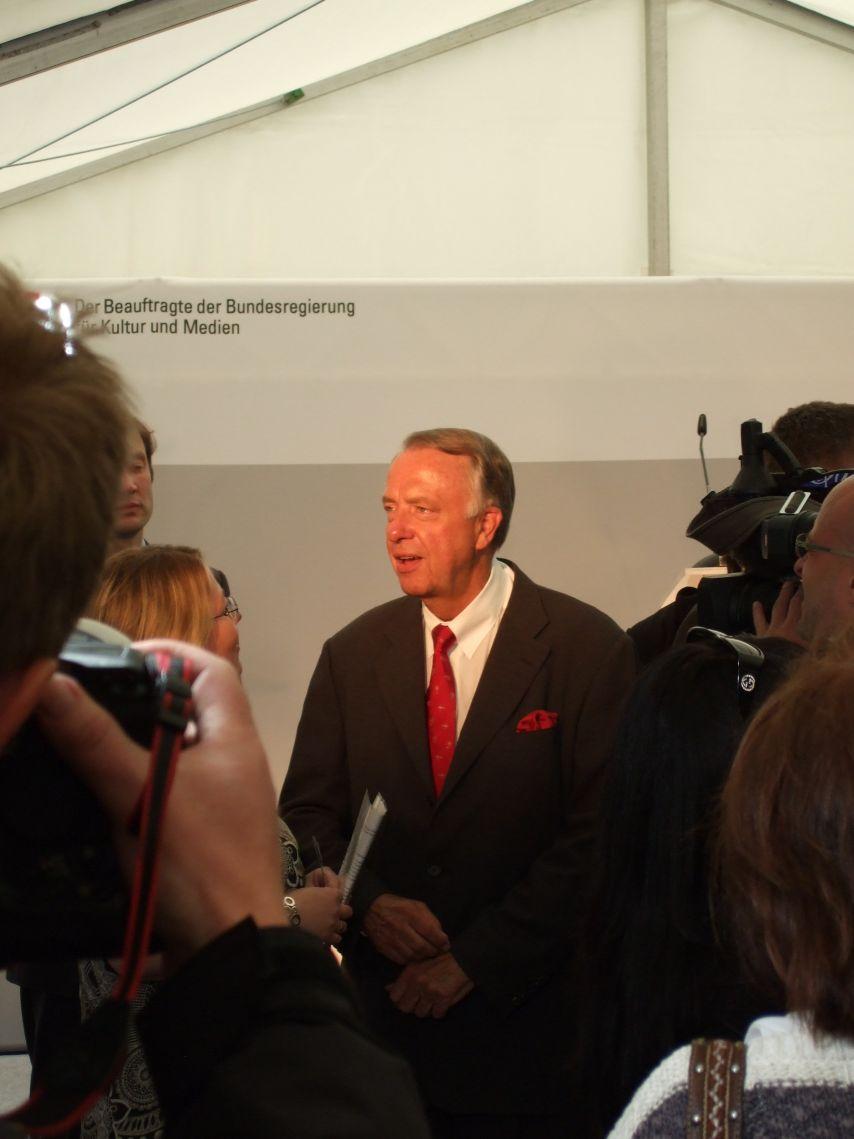 Bernd Neumann bei der Einweihung des Denkmals für die im Nationalsozialismus verfolgten Homosexuellen
