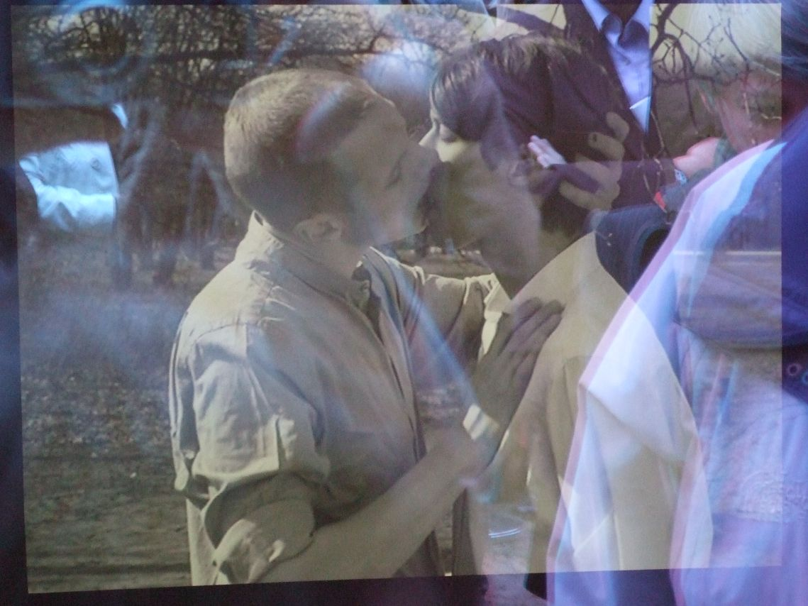 Der Kuss - Kern des Videos im Denkmal für die im Nationalsozialismus verfolgten Homosexuellen