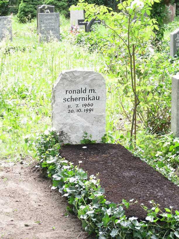 Grab Ronald M. Schernikau auf dem Friedhof der St.-Georgen-Parochialgemeinde Berlin, Friedenstraße (Foto Szymborski - gemeinfrei)
