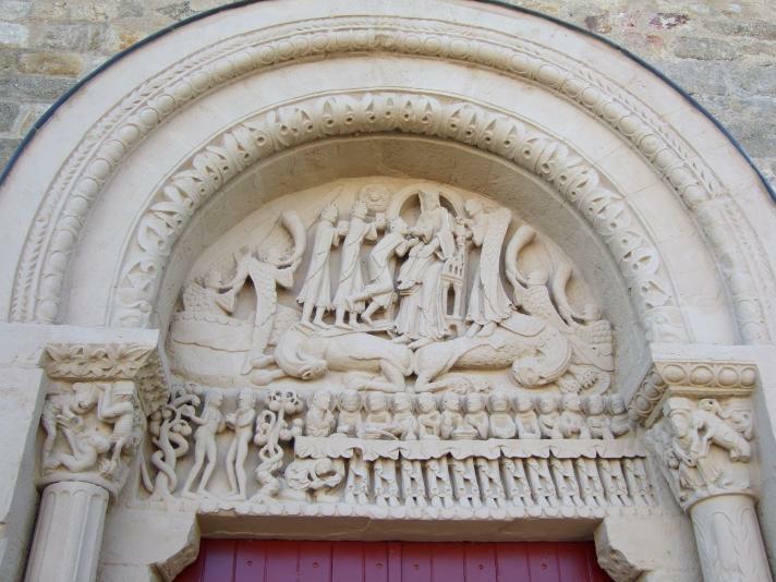 Neuilly en Donjon, Église Sainte-Marie-Madeleine, Tympanon