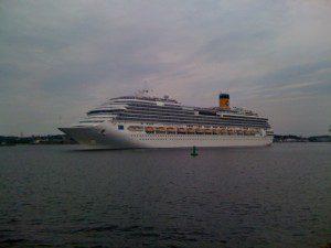 Costa Pacifica beim Auslaufen aus dem Hafen Kiel, 16.7.2011