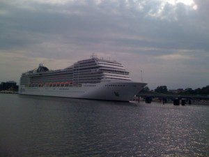 MSC Poesia kurz vor dem Auslaufen aus dem Hafen Kiel, 16.7.2011