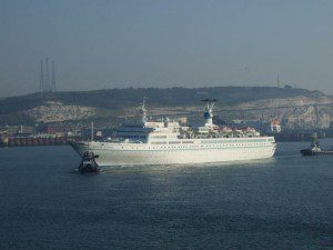 MS-Maxim Gorkiy beim Einlaufen in den Hafen von Dover am 14. September 2007