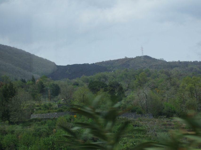 Etna Lavastrom vor Ortschaft
