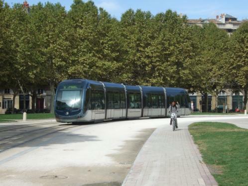 Bordeaux: die Strassenbahn am Place des Quinconces