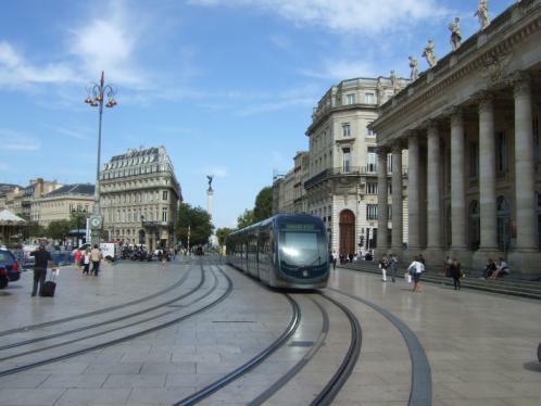 Bordeaux: die Strassenbahn vor der Oper