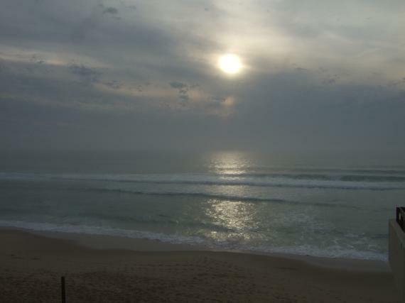 Bleiern wartet das Meer auf die Nacht