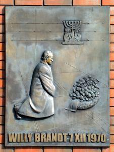 Bronzetafel Denkmal Kniefall von Warschau , Foto wikipedia / Szczebrzeszynski