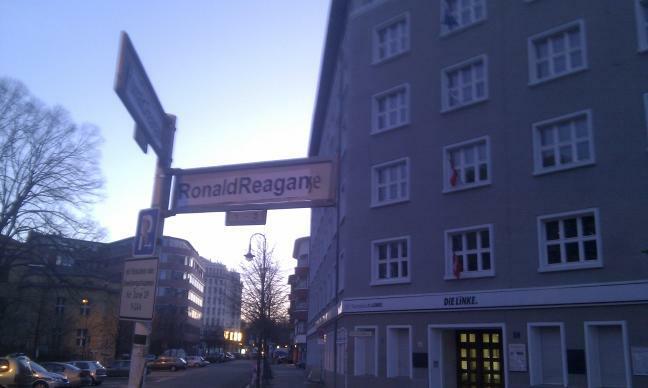 geehrter Aids-Ignorant? Ronald-Reagan-Strasse in Berlin (12.2.2011)