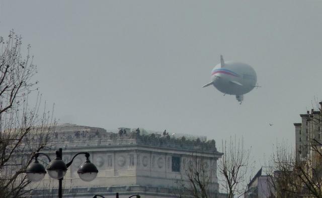 Strahlungs-Messung / Blimp über Paris (nahe dem Arc de Triomphe)