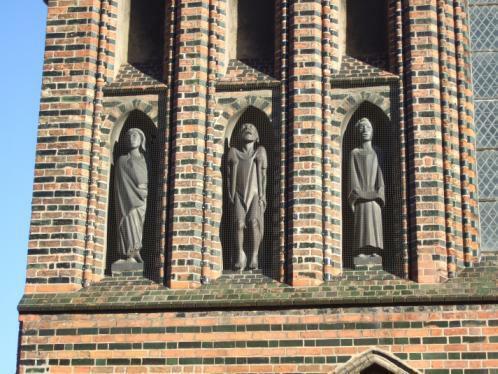 Ernst Barlach: Frau im Wind, Bettler, Singender Klosterschüler. Nischenfiguren in der Westfassade von St. Katahrinen, Lübeck