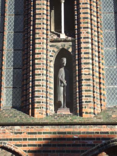 Gerhard Marcks: Christus als Schmerzensmann. Nischenfigur in der Westfassade von St. Katahinen, Lübeck