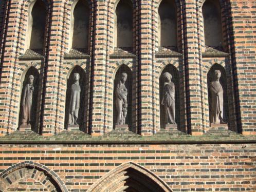 Gerhard Marcks: Brandstifter, Jungfrau, Mutter und Kind, Kassandra und Prophet. Nischenfiguren in der Westfassade von St. Katharinen, Lübeck