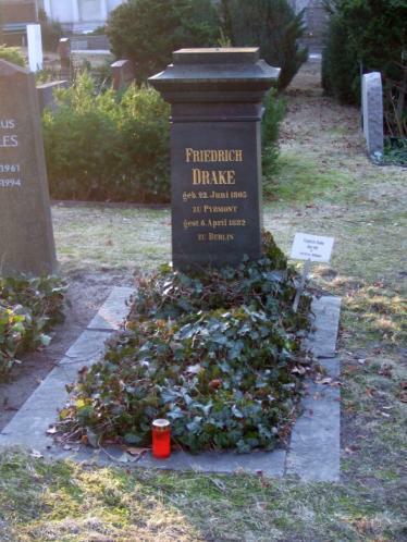Grab Friedrich Drake, Schöpfer der Goldelse / Alter St. Matthäus Kirchhof Berlin