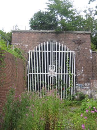das verschlossene Südportal des Schellfischtunnels (Foto: Flo Beck)
