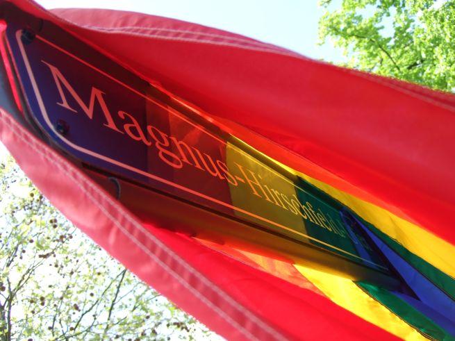 Magnus Hirschfeld Ufer - Stra0ßenschild, vor der Einweihung noch mit Regenbogenflagge verhüllt
