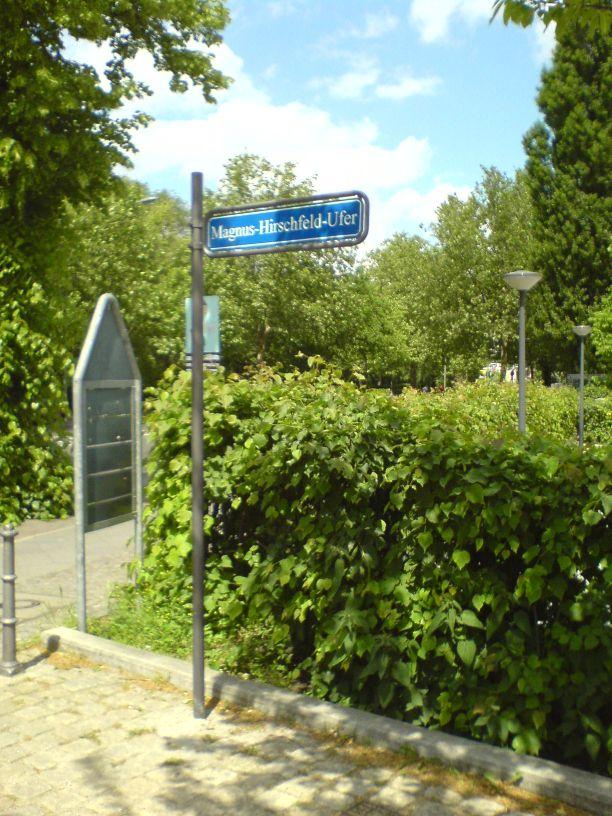 Magnus-Hirschfeld-Ufer Schild nahe Lutherbrücke