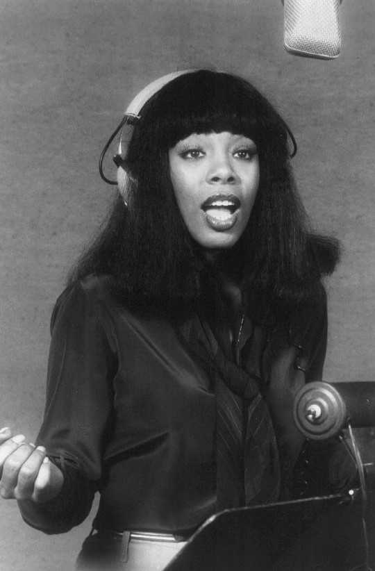Donna Summer 1977 (Publicity photo of singer Donna Summer in the recording studio in 1977. gemeinfrei)