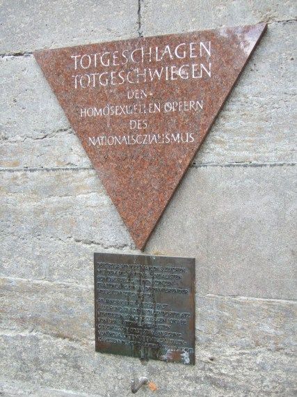 Rosa Winkel - Gedenktafel für die im Nationalsozialismus verfolgten Homosexuellen, Berlin Nollendorfplatz