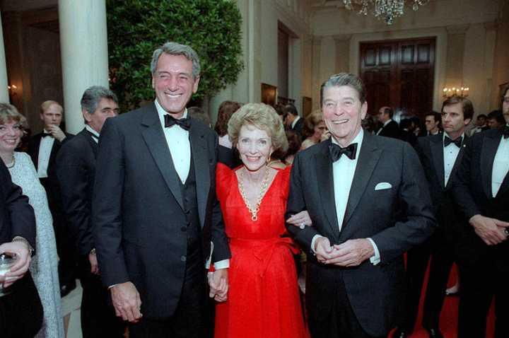 die Reagans mit Rock Hudson im Mai 1984, wenige Wochen bevor bei ihm HIV diagnostiziert wurde (Foto: White House / public domain)