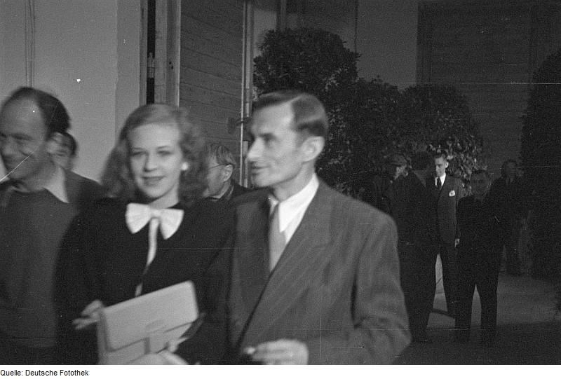 Eröffnungsfeier der DEFA 1946, Wolfgang Staudte (links) und Hildegard Knef (Mitte) neben Herbert Uhlig [Foto: Abraham Pisarek / Deutsche Fotothek]