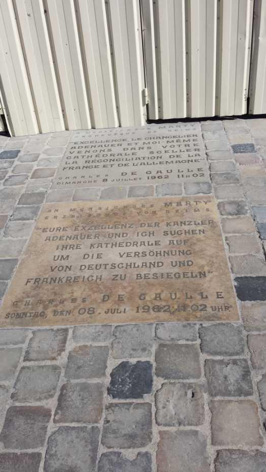 Gedenkstein für die Versöhnung von Frankreich und Deutschland1962, vor der Kathedrale von Reims