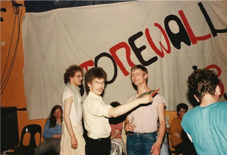 Stonewall 1983, Ulli mit Freunden auf der Party