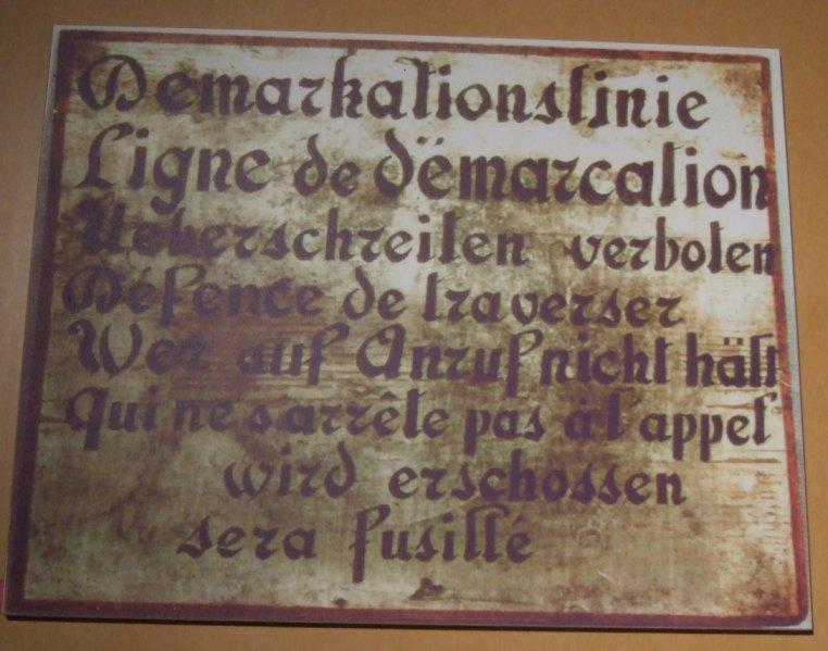 Hinweisschild auf die Demarkationslinie Frankreich