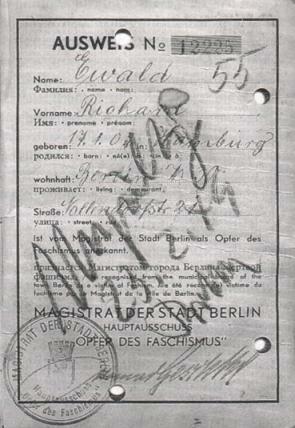 """ungültig gemachter OdF-Ausweis (Opfer des Faschismus) des in Hamburg geborenen Ewald Richard (1949 für ungültig erklärt, da der Inhaber nicht politisch verfolgt worden sei, sondern """"wegen krimineller Vergehen (§ 175)"""" im KZ Theresienstadt inhaftiert war) [wikimedia/Shizhao]"""