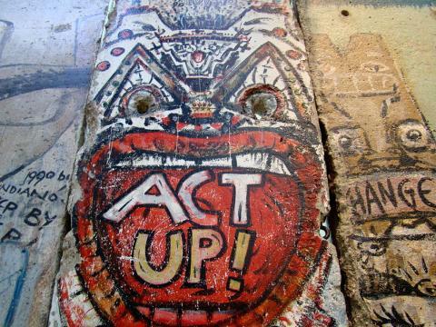 ACT UP Graffiti an einem Teil der Berliner Mauer (aufgenommen 2008 im 'Newseum, USA, Foto: Queerbubbles)