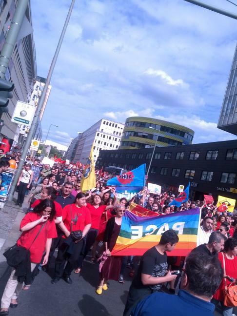 Tausende Demonstranten auf der Rudi-Dutschke-Strasse