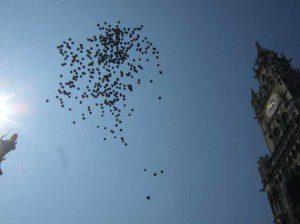 CSD München 2013 Luftballon Gedenken auf dem Marienplatz