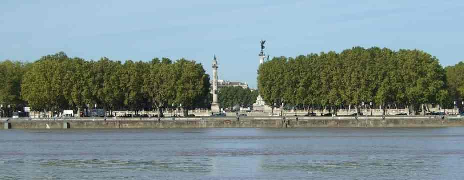 die place des Quinconces vom gegenüberliegenden Garonne-Ufer aus gesehen