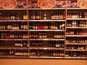 Lille Stadt der Biere - Bier-Regal in einem Innenstadt-Supermarkt
