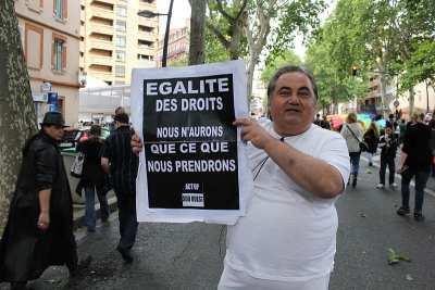 Aids Poster : Ein ACT UP Demonstrant zeigt ein Plakat anlässlich des Gay Pride (Marche des fiertés) in Toulouse 2011 (Foto: Léna)