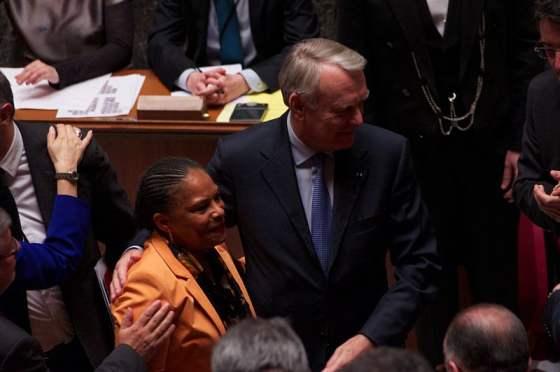 Justizministerin Christiane Taubira und Premierminister Jean-Marc Ayrault am 23.4.2013 in der Nationalversammlung nach der entscheidenden Abstimmung über das Gesetz, das die Homoehe in Frankreich möglich machte (Foto: Ericwaltr)