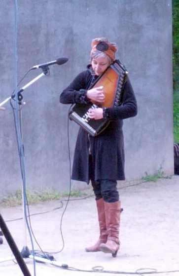 Corinne Douarre, musikalische Begleitung, Gedenkstunde 2014 für die in der NS-Zeit verfolgten Lesben