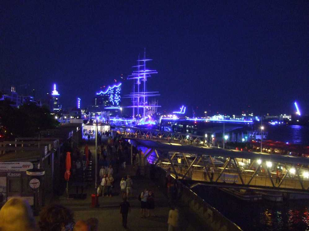 BluePort 2014 - Blick entlang der Landungsbrücken Richtung Elbphilharmonie