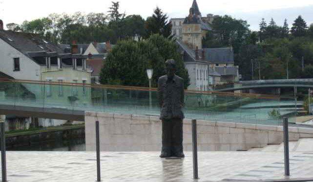 Denkmal für 'Monsieur le Maitre', Denkmal von Li Xiaochao in Montargis
