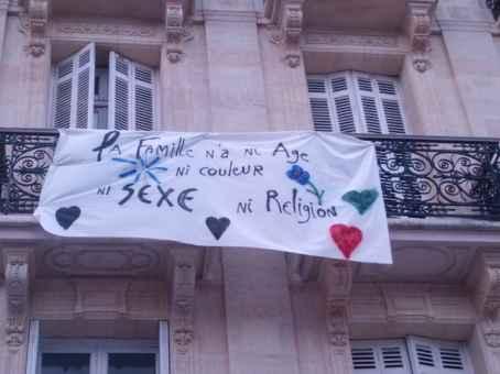Familie hat kein Alter, kein Geschlecht, keine Religion - Transparent in Bordeaux, Oktober 2014