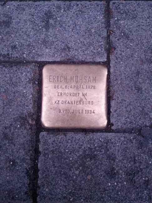 Stolperstein zum Gedenken an Erich Mühsam vor dem Buddenbrookhaus