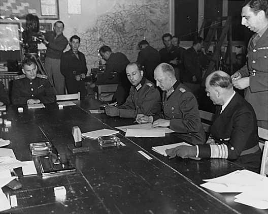 Reims 7. Mai 1945: Jodl unterzeichnet die bedingungslose Kapitulation der Wehrmacht (PD-USGov-Military-Army)