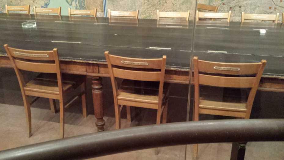 Reims Kapitulationsmuseum, Tisch der Unterzeichnung der Kapitulationserklärung, Stühle Oxenius, Jodl, Friedeburg (v.l.)
