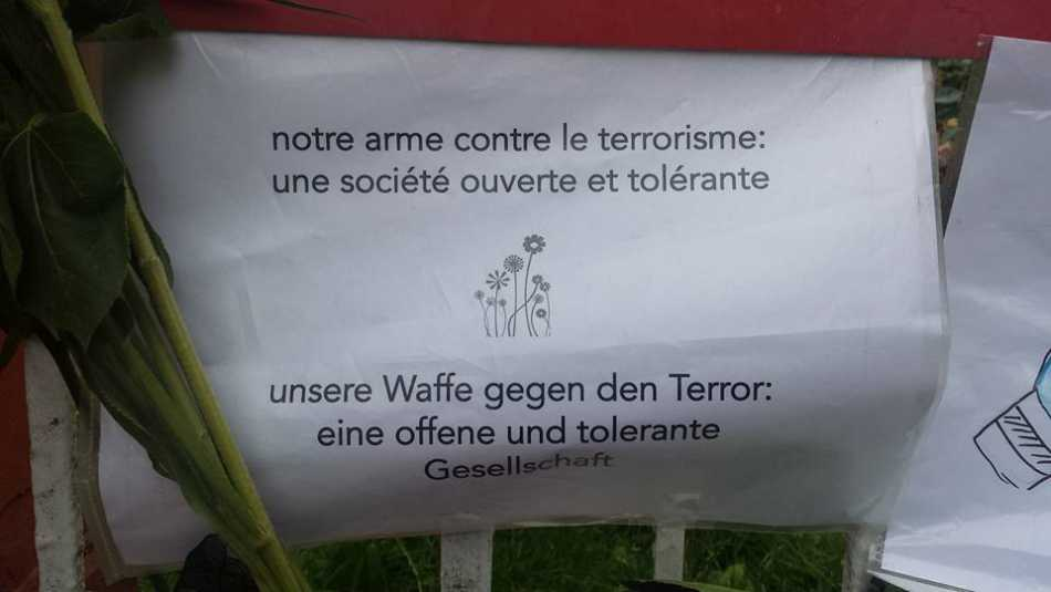 Solidarität mit Frankreich - Institut francais Hamburg, Juli 2016: 'unsere Waffe gegen den terror: eine offene und tolerante Gesellschaft' / 'notre arme contre le terrorisme: une société ouverte et tolérante'
