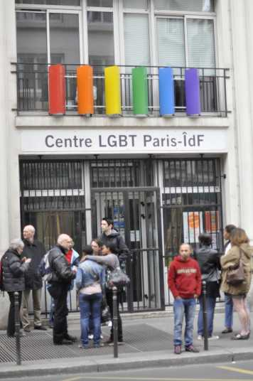 Aktivisten vor dem Centre LGBT Paris IdF am Internationalen Tag gegen Homophobie 2012 (Foto: LGBTI75)