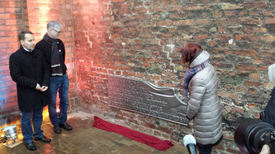 Denkmal für im Nationalsozialismus verfolgte Homosexuelle in Lübeck, Enthüllung am 23.1.2016, von rechts: Lübecks Stadtpräsidentin Gabriele Schopenhauer, Martin Sölle (CSG – Centrum Schwule Geschichte e.V., Köln) und Christian Till (Vorsitzender Lübecker CSD e.V.)