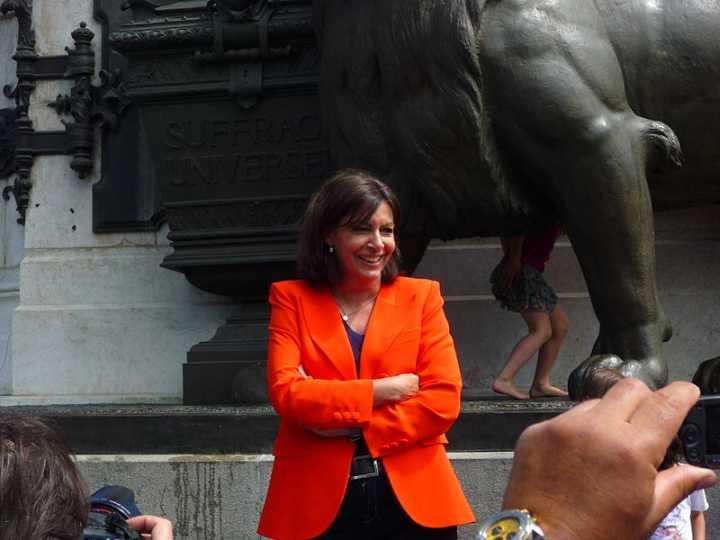 kündigte den Aktionsplan Paris ohne Aids 2030 an: die Pariser Bürgermeisterin Anne Hidalgo, hier 2013 bei der Einweihung der neuen Place de la République (Foto: Clem, cc-by-sa 2.0)
